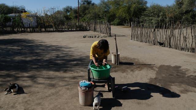 Una chica discapacitada lava la ropa en un fuentón; Lucía, su madre, cobra una pensión graciable
