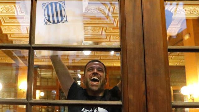 Un hombre muestra una boleta, desde adentro de un colegio, en Barcelona, minutos antes del referéndum. Foto: Reuters