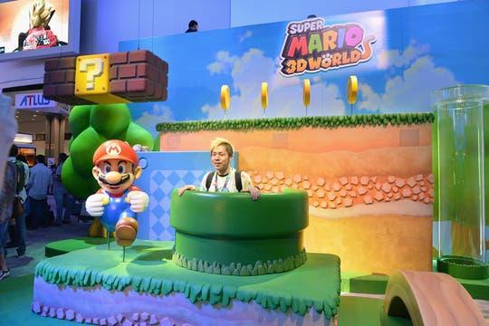 Un asistente del E3 junto al personaje emblema de Nintendo, en la presentación del juego Super Mario 3D World.