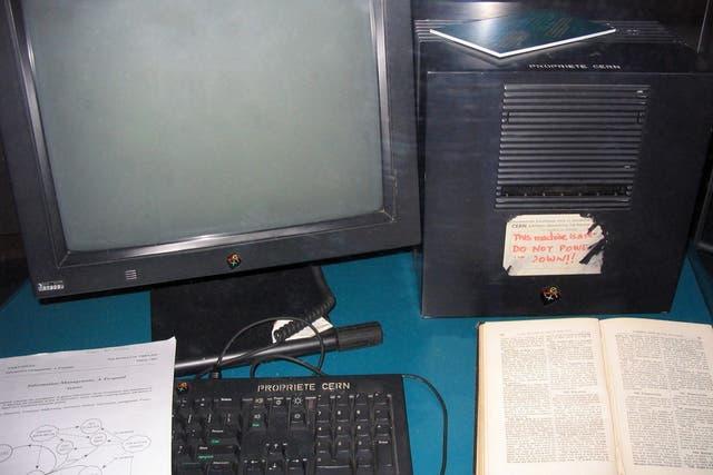 El primer servidor de la Web, alojado en un equipo NeXT. La etiqueta en el gabinete pide que no se apague