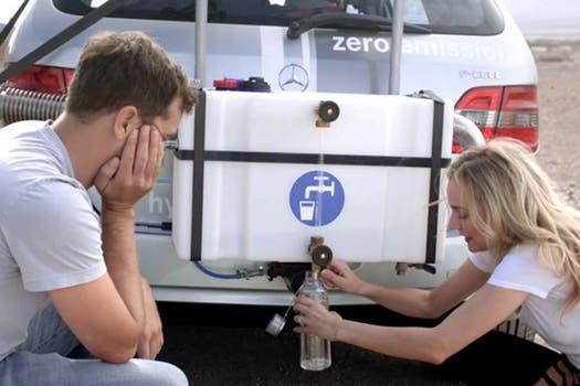 Diane Kruger y Joshua Jackson pusieron a prueba el prototipo de Mercedes Benz en el desierto del Valle de la Muerte en Estados Unidos. Foto: Gentileza Mercedes Benz