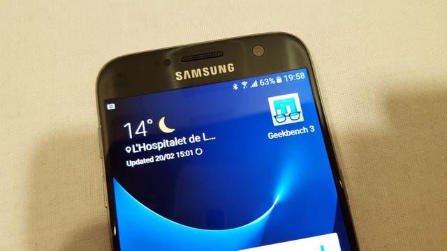 El Galaxy S7 mantiene el diseño del S6, con bordes más redondeados; la pantalla es QHD (2560 x 1440 pixeles)