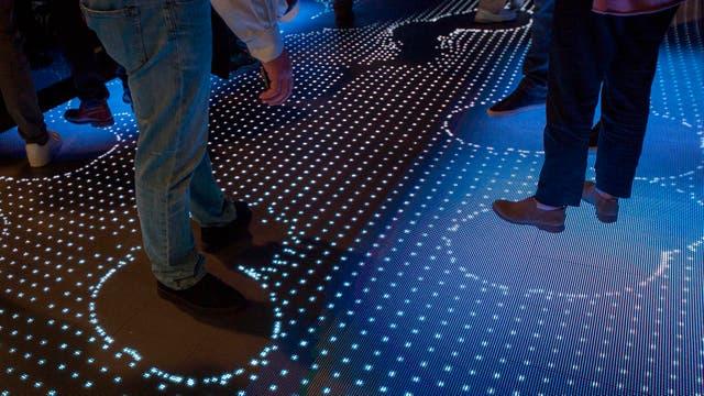 El stand de IBM ofrece un piso con display