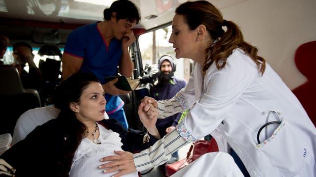 El personaje de Wexler atiende a la paciente mientras el de Estevanéz llama a la obra social . Foto: LA NACION / Fernando Massobrio
