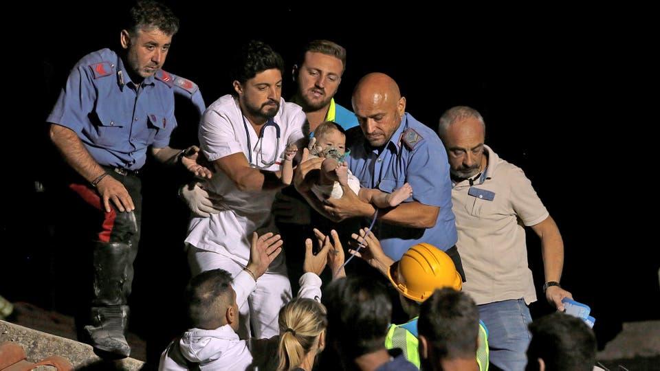 Un terremoto de 4 grados sacudió la isla de Ischia, Italia, bomberos y rescatistas salvan a un bebé que estaba entre los ecombros. Foto: AP