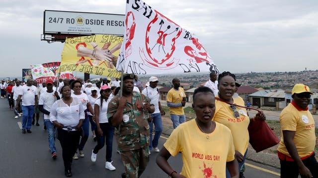 Miembros del 21 Batallón de Infantería Sudafricano marchan para conmemorar el Día Mundial del VIH en Soweto, Sudáfrica