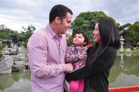 Jorge Bravo (34) conoció a la japonesa Miri Koide (24) en un pub porteño cuando ella vino a estudiar español; se enamoraron y hoy forman una familia con su hija Hana, de dos años