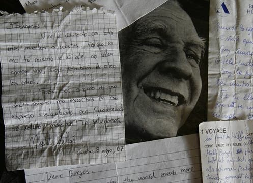 Cartas que lectores de Jorge Luis Borges le dejaron en su tumba en Ginebra. Foto: Archivo / LA NACION