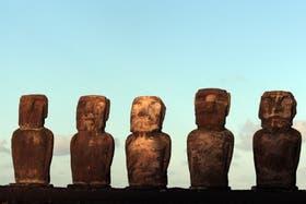 Caras de piedra: de roca volcánica y distribuidos por toda la isla, los moáis habrían sido creados entre los siglos XII y XVII