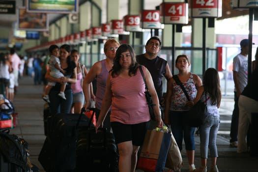 Recambio turistico en Retiro con gran cantidad de gente que llega y otra que se va. Foto: LA NACION / Graciela Calabrese