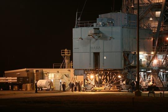 Personal de la NASA trabaja en la etapa final antes del lanzamiento del cohete. Foto: LA NACION / Maxie Amena / Enviado Especial a Lompoc, California