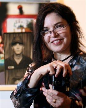 Jessica Hines, en el Borges, frente a la foto de su hermano Gary