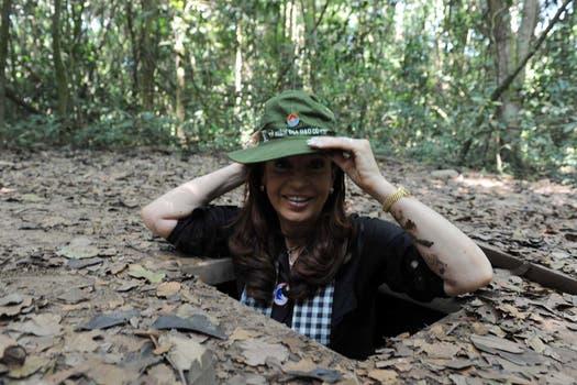 Cristina desciende a los túneles de Cu-Chi donde se refugiaban los vietnamitas en la guerra con Estados Unidos. Foto: Télam