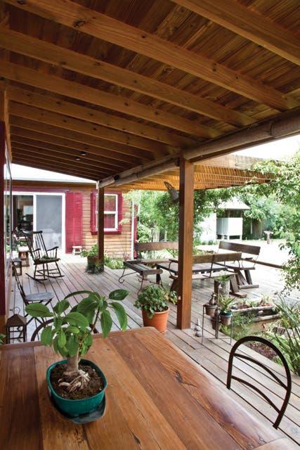 La galería tiene distintos rincones que dan movimiento y gracia a las vistas de la casa desde el jardín y viceversa. Acá, Mesa con sillas cerveceras.  Foto:Living /Javier Csecs