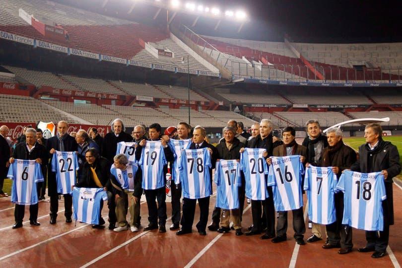Los futbolistas argentinos campeones de 1978 se juntaron, en un homenaje que organizó River, en el Monumental. Se cumplen 35 años de la final del Mundial, que se le ganó a Holanda 3 a 1. No estuvieron Kempes, Alonso y Lavolpe. Foto: Fotos de Reuters