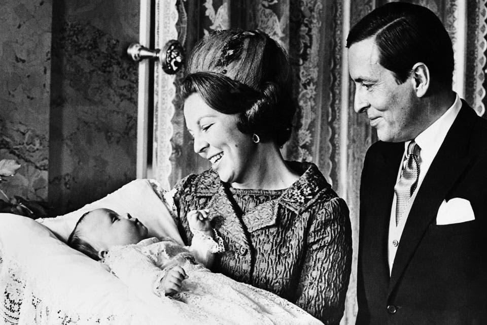 1968: El retrato oficial del nacimiento de Friso. Beatriz y Claus lo miran orgullosos.. Foto: /AP y Getty Images