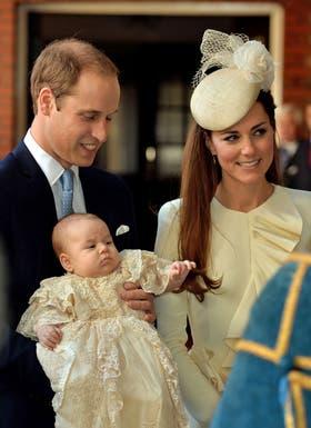 El príncipe George, vestido para la ocasión, junto a sus padres