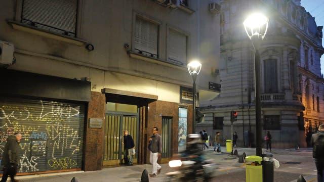 Maipú, hoy. Una placa en Maipú 994 destaca que allí vivió Borges. Fueron más de 40 años, en el 6°B, la mayor parte de ese tiempo junto a su mamá, Leonor Acevedo