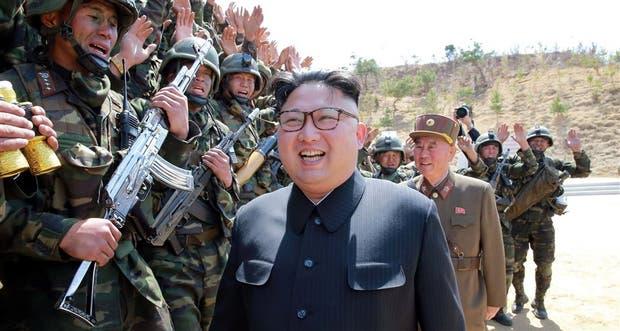 El líder norcoreano Kim Jong-un, ayer, durante una inspección a las tropas de operaciones especiales