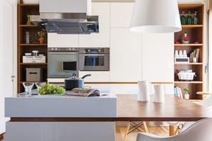 Una cocina en blanco y madera
