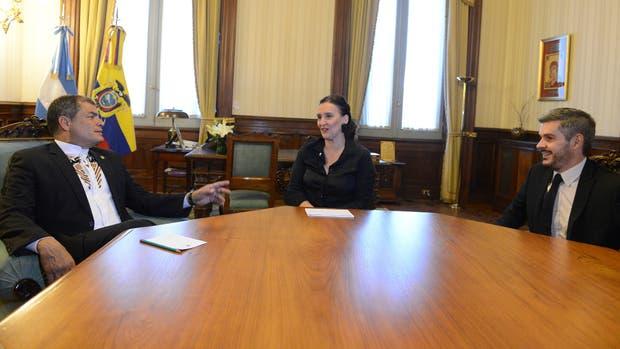 Rafael Correa, Gabriela Michetti y Marcos Peña durante el encuentro en Casa Rosada