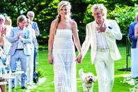 Vestidos de blanco, se dirigen hacia el altar. Bubbles, el perro de Penny, los siguió de cerca.