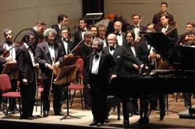 El pianista Oscar Vetre saluda junto al director de la Sinfónica, Pedro Ignacio Calderón