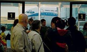 El TC-91, en el fondo, es esperado por los pasajeros en Río Gallegos