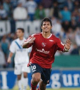 Agüero festeja uno de sus goles; en cinco minutos de inspiración le dio el triunfo a Independiente