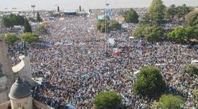 Fue masiva la manifestación de los ruralistas frente al Monumento a la Bandera