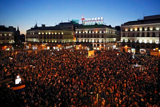 Miles de españoles exigen un referéndum para revisar la monarquía. Foto: Reuters