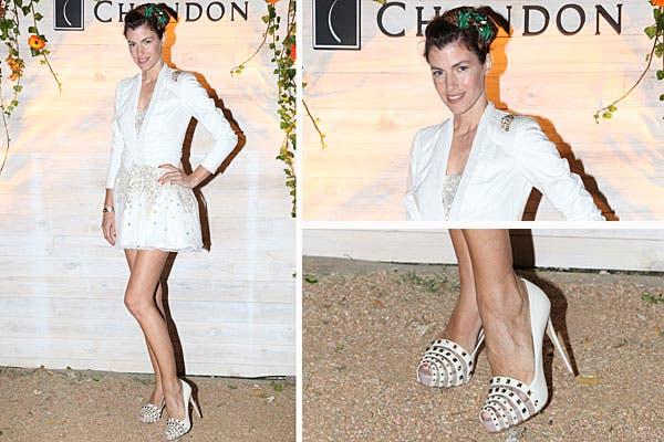 Súper femenina, Daniela Urzi eligió un vestido blanco bordado, una chaqueta corta y zapatos con taco altísimo con tachas para ir a la fiesta de Chandon en Punta. En el pelo, moños verdes. Foto: Feedback PR