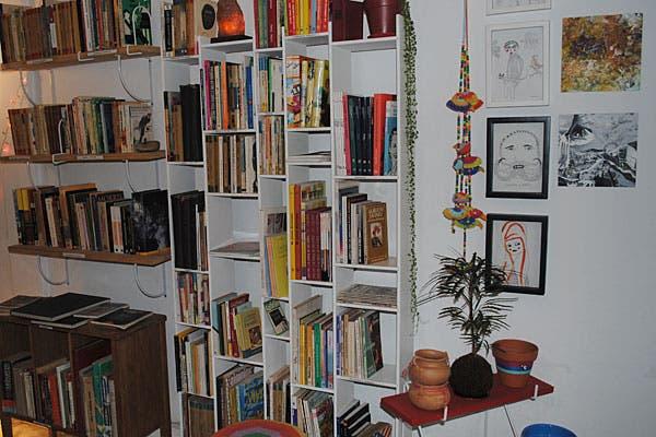 Los libros también son protagonistas del local. Foto: Cecilia Wall
