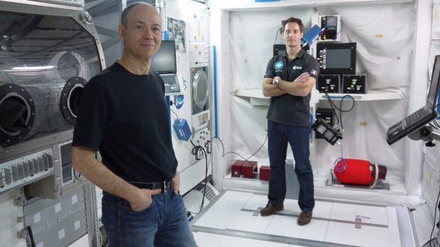 Kac (adelante) en el simulador en el que hace las pruebas de su obra con astronauta Thomas Pesquet