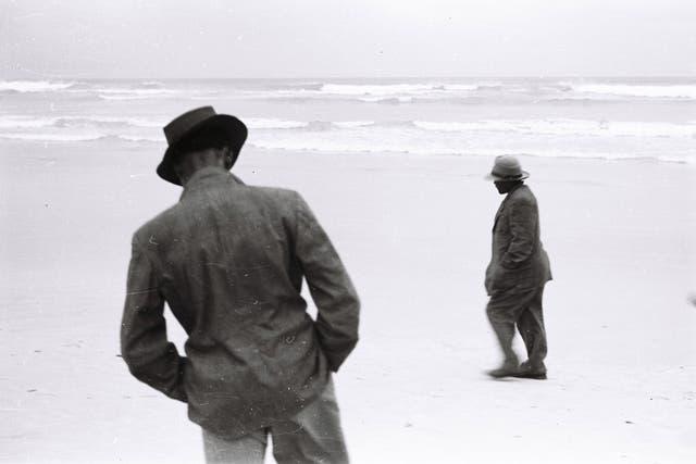 Ros y Freek, trabajadores de la granja de la familia Coetzee, en la playa de Strandfointein