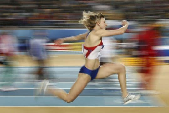 Anna Kropatinka, de Rusia, compitiendo en el triple salto femenino. Foto: AFP / AP, Reuters y EFE