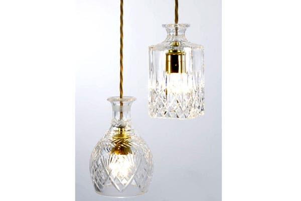 Buena idea: lámparas hechas con botellones antiguos invertidos. Autor Lee Broom, inglés, uno de los nuevos talentos del diseño internacional.