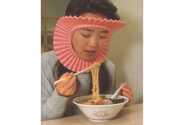Esto sí que es loco y bastante raro. Una especie de babero plisado para no mancharse mientras comemos pasta. ¡Increíble que alguien pueda usarlo! ¿Qué piensan de este accesorio gourmet?. Foto: pinterest.com