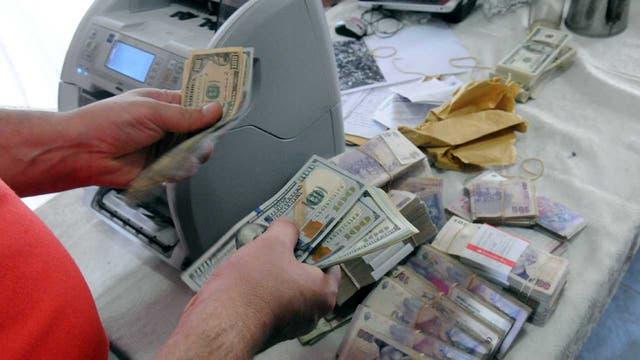 Entre los allanamientos realizados al sindicalista, la policía encontró al momento más de 5 millones de pesos y 100 mil dólares escondidos en bolsas y bolsos