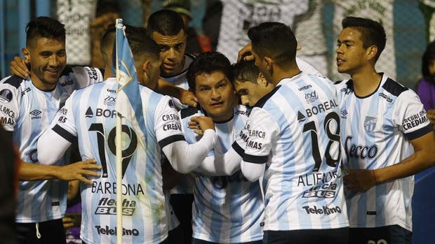 El ídolo de Atlético Tucumán: festeja la Pulga Rodríguez, rodeado por sus compañeros