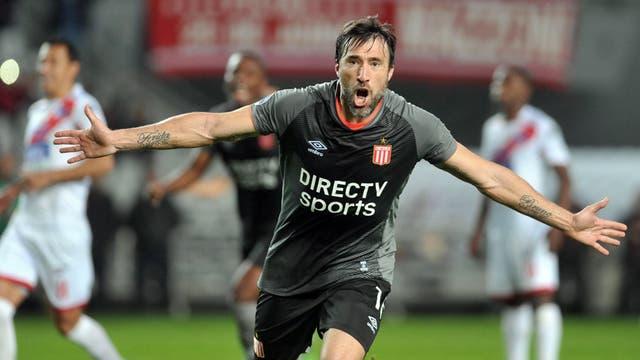 Mariano Pavone celebra su primer gol