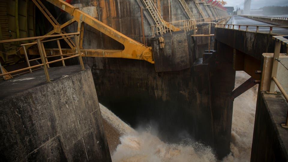 El complejo de Salto Grande fue inaugurado en 1979, produce el 5 por ciento de la energía  que se usa en Argentina y también regula el flujo de agua que va río abajo. Foto: LA NACION / Aníbal Greco