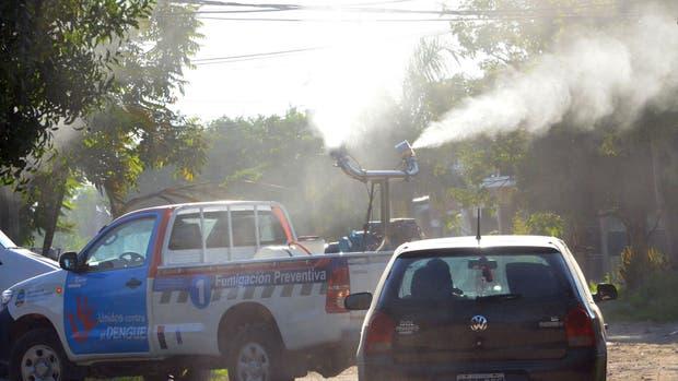 En el marco de la campaña contra el dengue, las fumigaciones para prevenir la enfermedad se realizan por medio de vehículos con máquinas