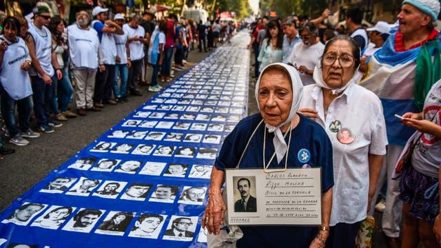 Organizaciones de Derechos Humanos, agrupaciones políticas y ciudadanos se concentran en Plaza de Mayo, a 41 años del último golpe de Estado, y en el marco del Día Nacional de la Memoria por la Verdad y la Justicia.. Foto: DyN / Eitan Abramovich