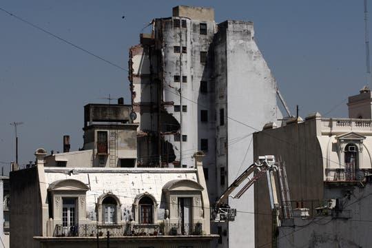 Uno de los cuerpos del edificio colapsó. Foto: LA NACION / Emiliano Lasalvia