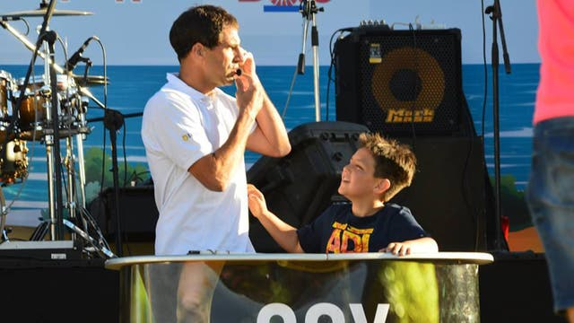 Martín y su hijo durante una charla en diciembre en Miramar.
