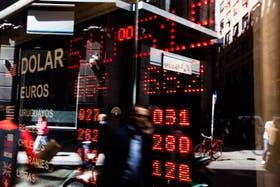 El dólar oficial cotiza estable hoy; el blue, retrocede 20 centavos