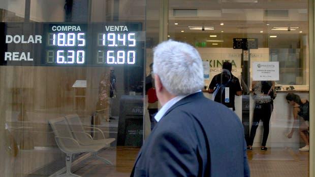 Antes de bajar, ayer el dólar tuvo un nuevo pico en su cotización