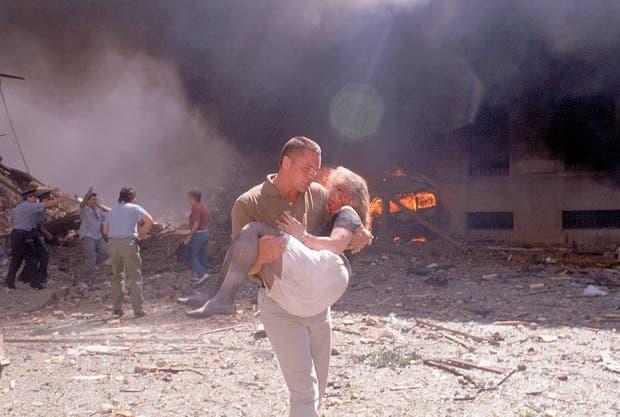 Lea Kovensky rescatada por el marine Bruce Willison Jr, instantes después del atentado