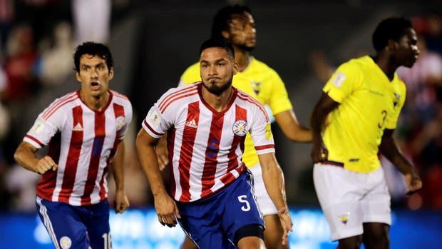 Valdez celebra su gol, el primero de Paraguay